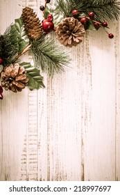 Arrière-plan de Noël avec branches de sapin, pinecones et baies sur l'ancienne planche en bois de style vintage