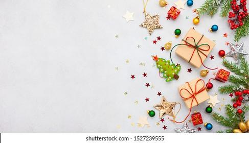 Arrière-plan Noël avec coffrets cadeaux, décor festif, branches de sapin et notes de cartes en papier.Plat lay. Concept Noël et Nouvel An.