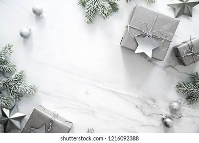 Weihnachtshintergrund mit silbernen Weihnachtsgeschenken auf Marmor-Hintergrund. Fröhliche С Weihnachtsgrußkarte. Winterferien. Frohes neues Jahr.
