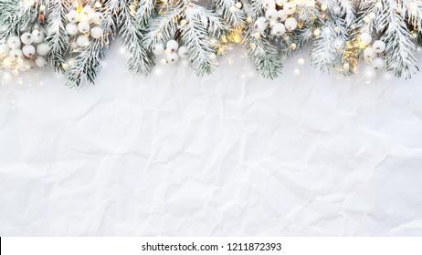Weihnachtshintergrund mit Weihnachtsbaum auf weißem, cremigem Hintergrund. Fröhliche Weihnachtsgrußkarte, Rahmen, Banner. Winterurlaub-Thema. Frohes neues Jahr. Platz für Text. Flachlage