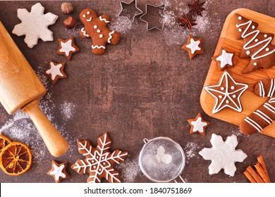 Weihnachtsbackrahmen mit Lebkuchengebäck. Draufsicht auf dunklem Hintergrund mit Kopienraum. Urlaubsbackkonzept.