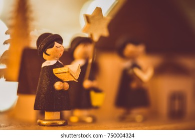 Christmas carolers, star singers as wooden figures