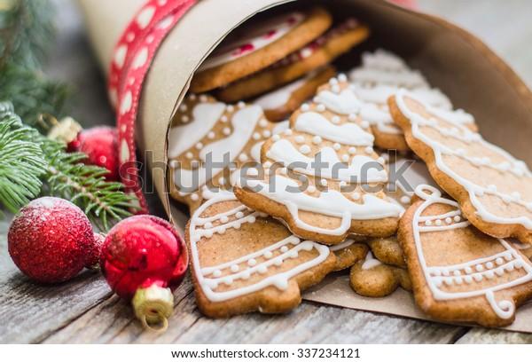 Weihnachtskeks auf Holzhintergrund