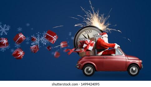 Weihnachtsstunde kommt an. Weihnachtsmann im Auto, der Neujahrsgeschenke und die Uhr auf blauem Hintergrund liefert