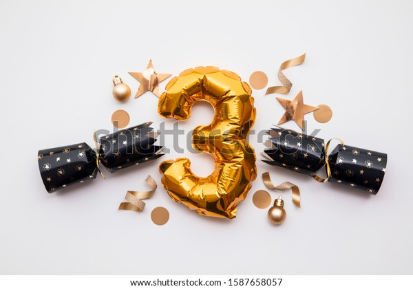 Christmas countdown. Gold number 3 with festive cristmas cracker decorations