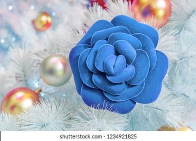 Christmas decoration tree with blue rose, albero di Natale, decorazioni natalizie con rosa blu