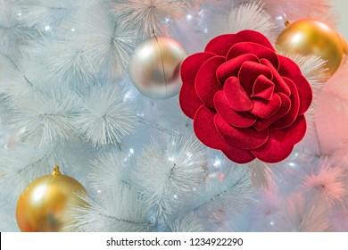 Christmas decoration tree with red rose, albero di Natale, decorazioni natalizie con rosa rossa