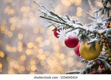 Décorations de Noël sur des branches d'arbres à feuilles persistantes avec des guirlandes brillantes au centre de la Moscou festive du Nouvel An. Mise au point sélective