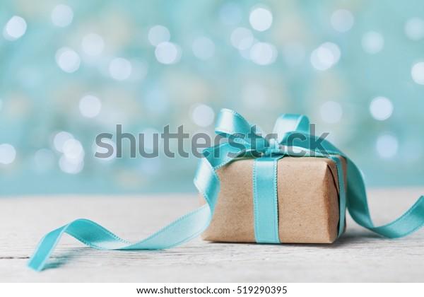 青緑色のボケ背景にクリスマスギフトボックス。ホリデー・グリーティング・カード。