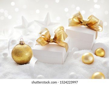 Weihnachtsgeschenk, Weihnachtsschmuck und Schnee
