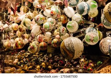 ウィーンの市場でのクリスマスギフトと装飾
