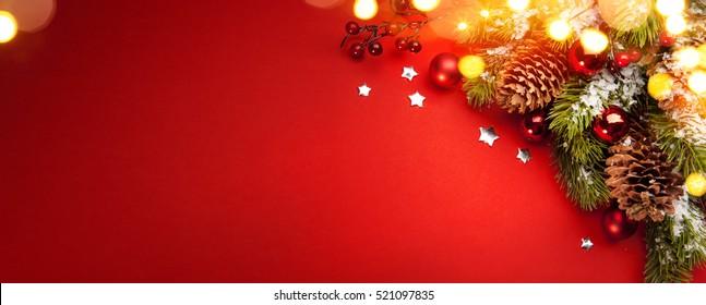 Weihnachtsferien-Komposition auf rotem Hintergrund mit Kopienraum für Ihren Text