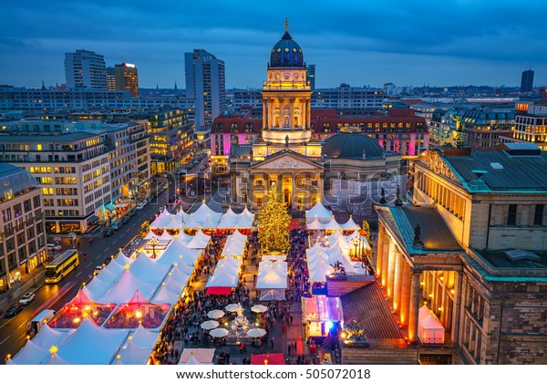 Weihnachtsmarkt, Deutscher Dom und Konzerthaus in Berlin, Deutschland
