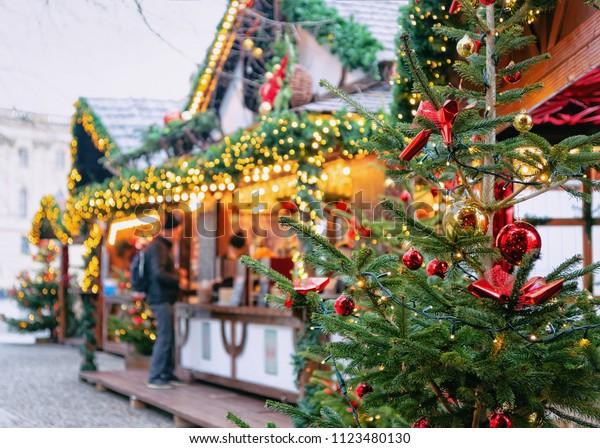 Weihnachtsmarkt am Opernpalais in Mitte im Winter Berlin, Deutschland. Advent Fair Decoration und Stände mit Handwerksgegenständen auf dem Basar.