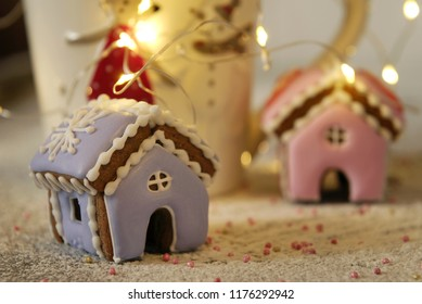 Christmas miniature ginger houses, a garland and a cup.