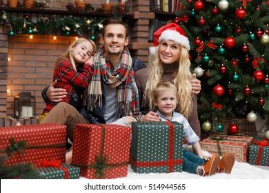 Weihnachtsfotofamilie auf Baum
