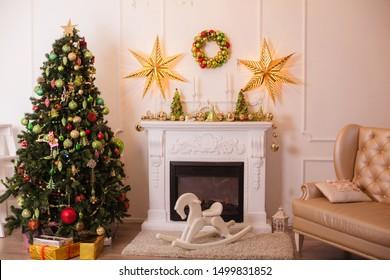 Weihnachtsweihnachtsbaum im Innern der Weihnachtsräume mit Geschenkkerzen und Spielzeugkerzen Kopienraum Urlaubskonzept