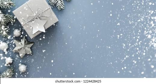 Weihnachtssilber handgefertigte Geschenkbox auf blauem Hintergrund Draufsicht. Fröhliche Weihnachtsgrußkarte, Rahmen. Winterurlaub Thema. Frohes neues Jahr. Flachlage