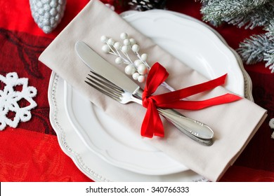 Christmas table place setting in red and white