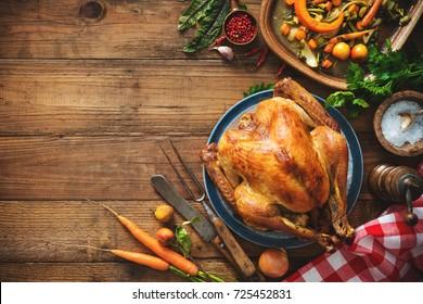 Pavo de Navidad o Día de Acción de Gracias en mesa rústica de madera