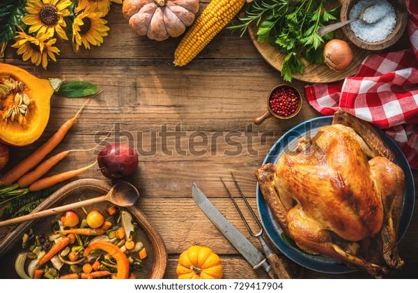 聖誕節或感恩節火雞在質樸的木桌