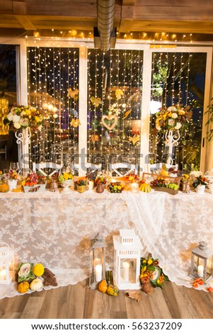 christmas themed wedding table for bride and groom
