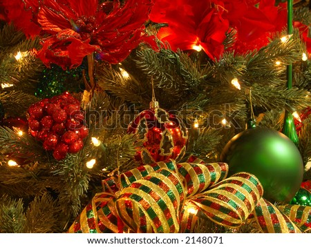 christmas tree decorated in a red green and gold theme - Red Green And Gold Christmas Tree Decorations