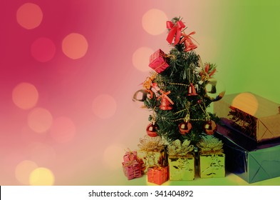 Christmas tree and gift box with bokeh lights backgrounds