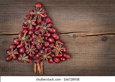 Christmas tree made of cinnamon, anise and dog-rose. Viewed from above