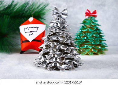 Christmas tree from raw pasta bows. making Christmas trees from pasta, cardboard plates, hot glue and paint or spray. Handmade, DIY. Christmas decor handicraft.