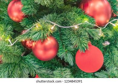 Christmas tree with red balls and light, albero di natale con palle rosse e luci decorazioni natalizie, 圣诞装饰