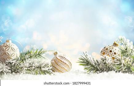 Arrière-plan hiver de Noël avec des billes de Noël et des branches de sapin sur la neige.