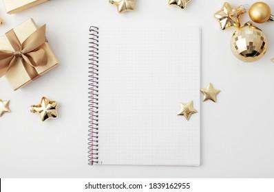 Weihnachtsarbeitsplatz mit Notizbuch-Tastatur, Skizze, Weihnachtsgeschenkverpackung. flache Lage