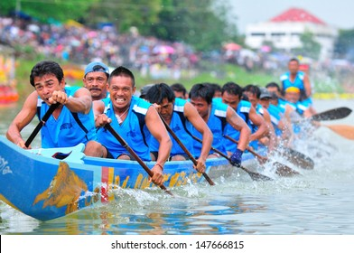 CHUMP HON, THAILAND-NOV 1: Unidentified rowers enjoy in native Thai long boats compete during King's cup Native Long Boat Race Championship on November 1, 2012 in Chumphon ,Southern of Thailand.
