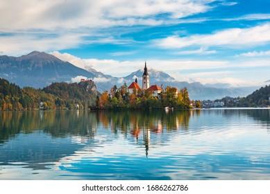Kirche von Asumption in Lake Bled, Slowenien mit blauem Himmel und Wolken im Herbst