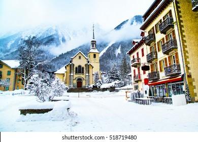 Kirche in Chamonix, Frankreich, Französische Alpen im Winter, Blick auf die Straße und Schneeberge