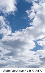 Cielo azul con nubes blancas preciosas