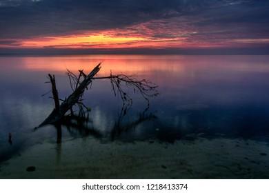 Ciemny wschód słońca nad wodą  - Shutterstock ID 1218413374