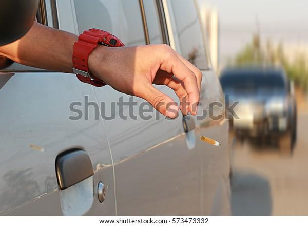 mégot de cigarettes / perte de vie qui se produit souvent avec beaucoup de gens font une maison débile