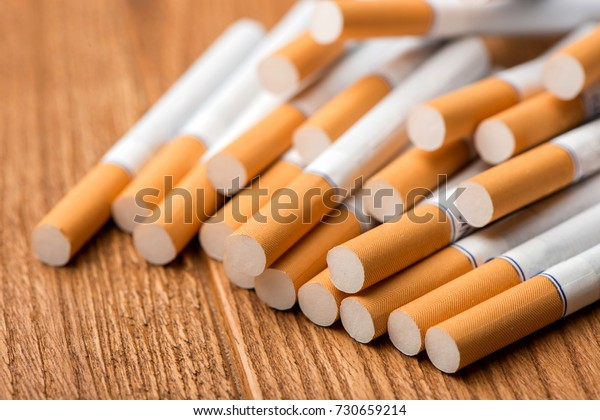 木の背景にたばこ、タバコのパック、タバコの接写