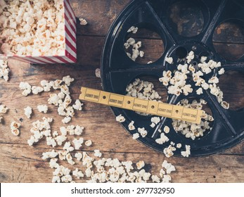 Conceito de cinema de rolo de filme vintage com pipocas e bilhetes de cinema
