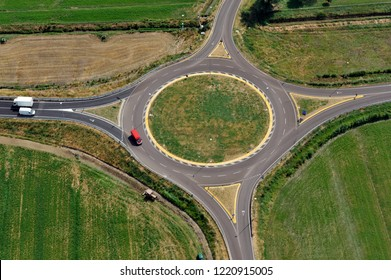 Circle road: Italian roundabout junction with little traffic of cars