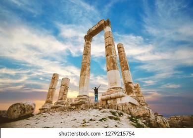 la ciudadela en la ciudad de Ammán en Jordania en el medio oriente al atardecer. Templo de Hércules de la ciudadela de Ammán (Jabal al-Qal'a) con un joven