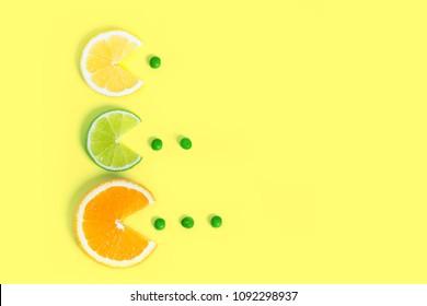 Los cítricos comen guisantes verdes de diferentes tamaños en papel creativo de color. El moderno estilo de arte pop minimalista. Antecedentes del concepto de alimentos