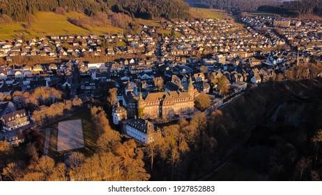 Stadt Bad Berleburg in der letzten Sonne, NRW, Deutschland. Luftbild.