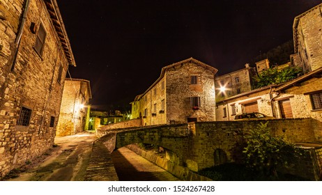 The city center of Gubbio by night