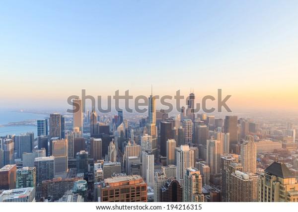 Stadt Chicago. Luftbild des Stadtzentrums von Chicago bei Sonnenuntergang von oben.