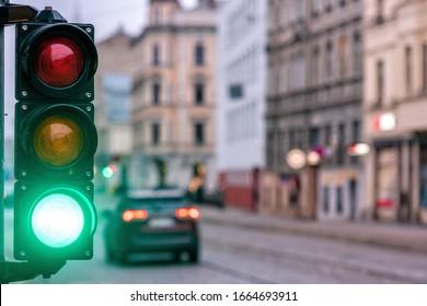 Eine Stadt, die mit einem Semaphor überquert wird. Grünes Licht in Semaphoren - Bild
