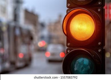 Eine Stadt, die mit einem Semaphor überquert wird. Orangefarbenes Licht in Semaphore - Bild
