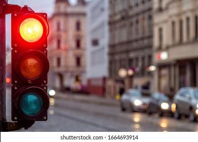 Eine Stadt, die mit einem Semaphor überquert wird. Rotes Licht in der Semaphone - Bild